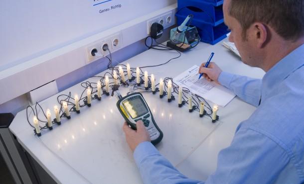 Erwärmungstest an Lichterketten Durch den Ausfall einzelner Glühlampen können sich die noch funktionierenden Lampen so stark erhitzen, dass Brand- und Verletzungsgefahr drohen. Auch steigt der Stromverbrauch der Kette drastisch an. Die Experten des TÜV Rheinland simulieren daher den Ausfall einzelner Lampen und messen dabei die Erwärmung der Kette. Foto: TÜV Rheinland